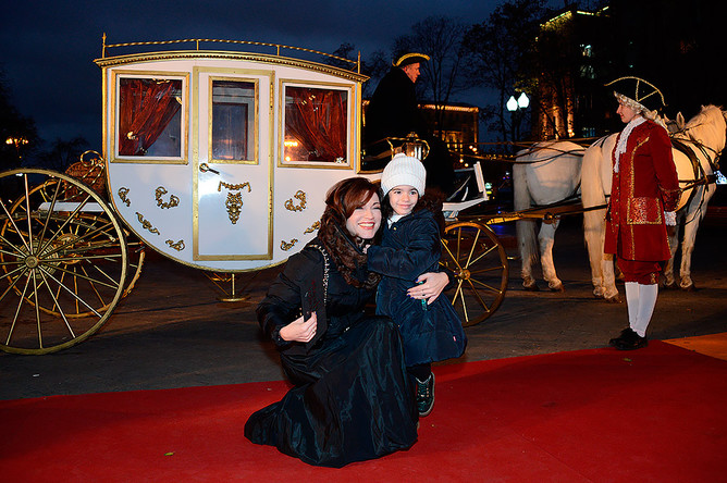 Актриса Алена Хмельницкая с дочерью перед премьерой мюзикла «Красавица и Чудовище»