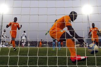 Сейду Думбия (на переднем плане) только что сравнял счет и забирает мяч из ворот, чтобы скорее отнести его на центр поля