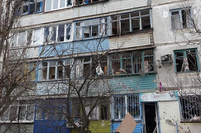 Вид на жилой дом в микрорайоне Восточный, который подвергся обстрелу