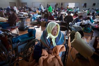 Жители, лишенные домов в результате землетрясения и цунами, и беженцы из зоны распространения радиации
