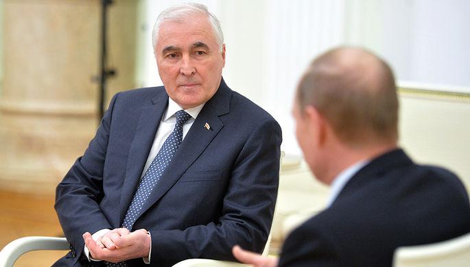 Президент частично признанной Республики Южная Осетия Леонид Тибилов с президентом России Владимиром Путиным во время встречи в Кремле, 2015 год