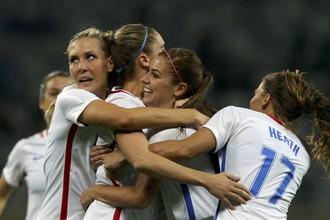 Алекс Морган (в центре) в объятиях своих партнерш по сборной США после второго гола