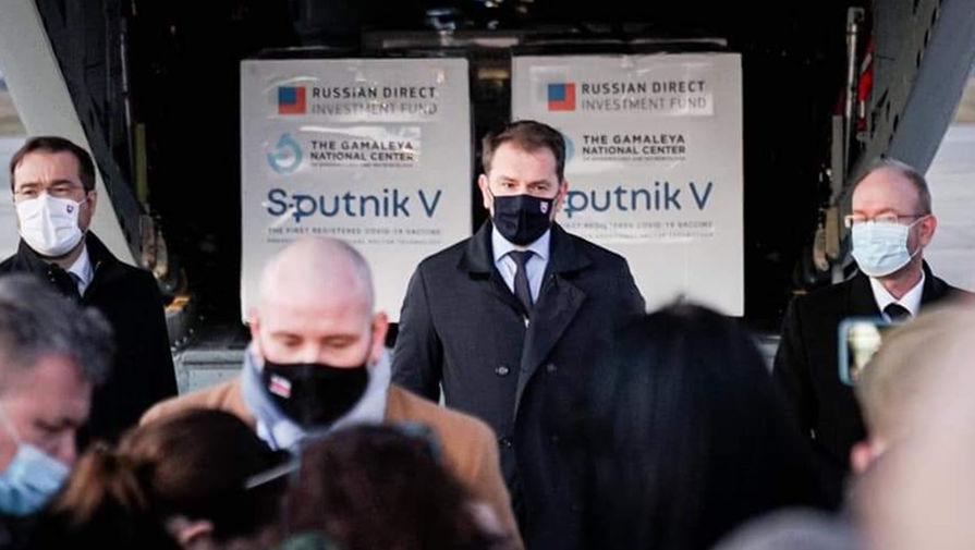Премьер-министр Словакии Игор Матович (в центре) в аэропорту города Кошице, куда доставлена первая партия российской вакцины от коронавируса «Спутник V», 1 марта 2021 года