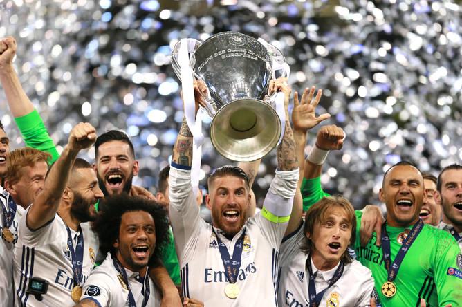 Футболист «Реала» Серхио Рамос с кубком на церемонии награждения после окончания финального матча Лиги чемпионов с «Ювентусом»