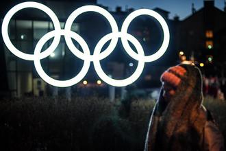 Олимпийские кольца у здания главного пресс-центра в Олимпийском парке в Пхенчхане.