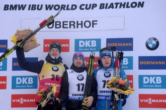 Йоханнес Бё, Александр Логинов и Себастьян Самуэльссон (слева направо) на пьедестале почета после спринта в Оберхофе
