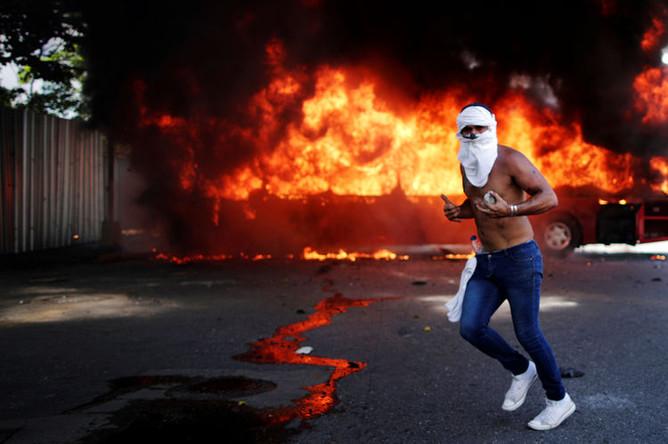 Во время столкновений между венесуэльскими силовиками и протестующими около авиабазы в Каракасе, 30 апреля 2019 года