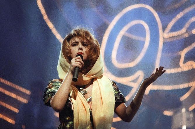 Алена Апина во время выступления в Москве, 1993 год