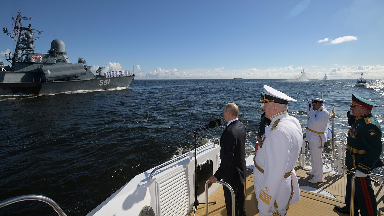 Президент России Владимир Путин и главнокомандующий ВМФ России адмирал Николай Евменов во время Главного военно-морского парада в честь Дня Военно-Морского Флота России, 26 июля 2020 года