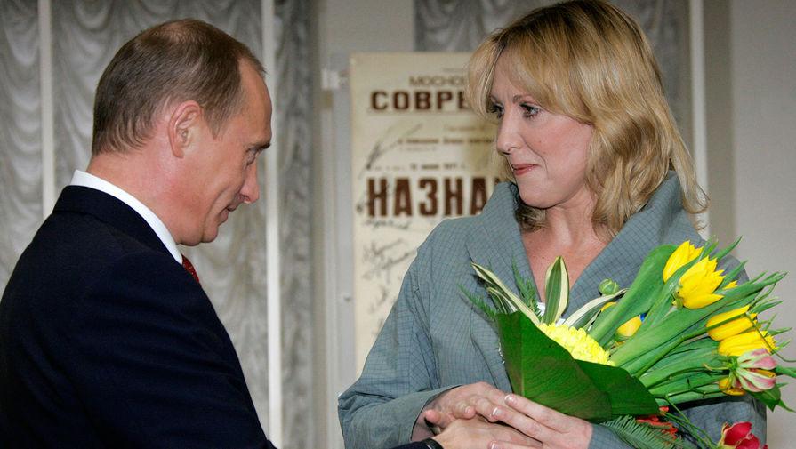 Президент РФ Владимир Путин и актриса Елена Яковлева во время награждения государственными наградами в театре «Современник», 2006 год