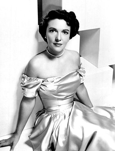 Анна Фрэнсис Роббинс, которую в семье прозвали Нэнси, родилась в 1921 году в Нью-Йорке в семье актрисы и продавца автомобилей, но родители вскоре развелись, так что детство будущая первая леди провела в Мэриленде с тетей и дядей, пока мать колесила по стране в поисках работы. Когда та снова вышла замуж, то увезла дочь в Чикаго, и Нэнси взяла фамилию отчима — Дэвис, под которой позже начнет актерскую карьеру. На фото: Нэнси Рейган (Дэвис) в 1950 году