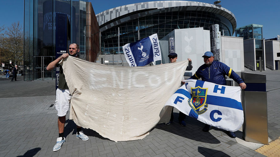 Болельщики «Тоттенхэм Хотспур» протестуют возле стадиона «Тоттенхэм Хотспур» в Лондоне, 19 апреля 2021 года