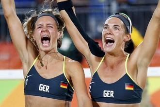Оглушительного успеха в 12-й день Игр добились немецкие пляжницы Лаура Людвиг и Кира Валкенхорст, переигравшие бразильянок Агату Беднарчук и Барбару Сейшас в финальном матче олимпийского турнира со счетом 2:0. К слову, эта победа позволила немецкой сборной вплотную приблизиться к России с неофициальном зачете ОИ-2016 — на данный момент в активе команд по 12 золотых наград, однако по другим показателям российский коллектив пока что опережает своего преследователя