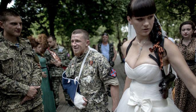 Боец народного ополчения с позывным Моторола (в центре) и его супруга Елена после бракосочетания в ЗАГСе города Донецка, 11 июля 2014 года