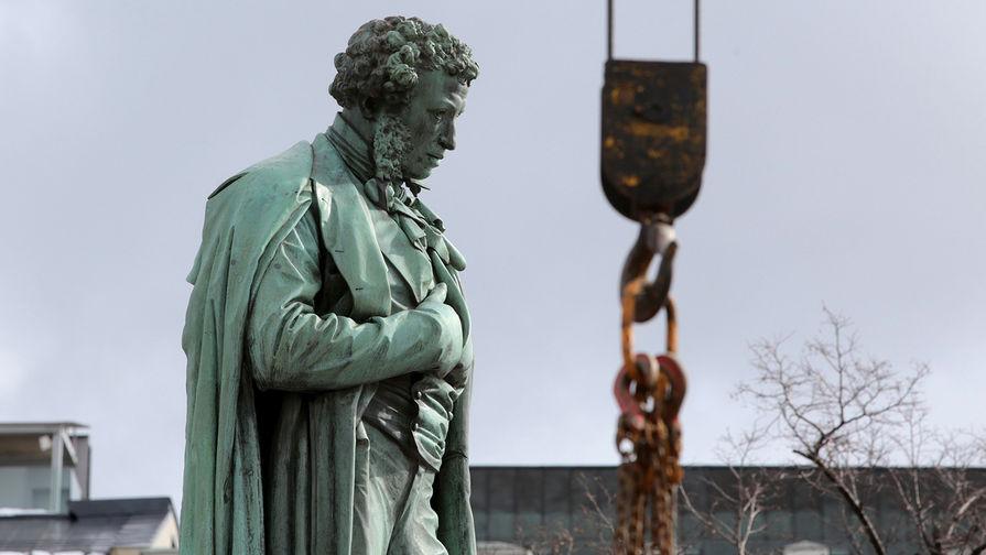 Памятник Александру Пушкину на Пушкинской площади в Москве после начала работ по реставрации, 28 марта 2017 года