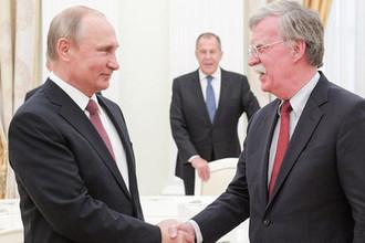 Президент России Владимир Путин, министр иностранных дел РФ Сергей Лавров и помощник президента США по национальной безопасности Джон Болтон во время встречи в Кремле, 27 июня 2018 года