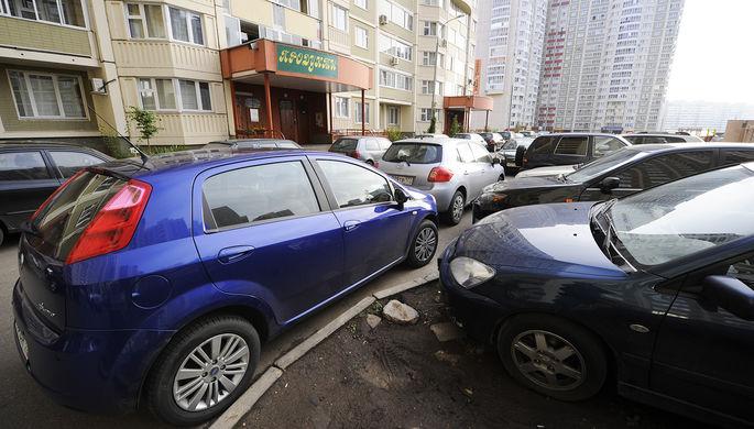 «Весь двор забит»: почему россиянам разонравились платные стоянки