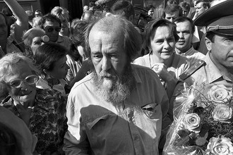Триумфальное возвращение Солженицына в Россию после десятилетий изгнания