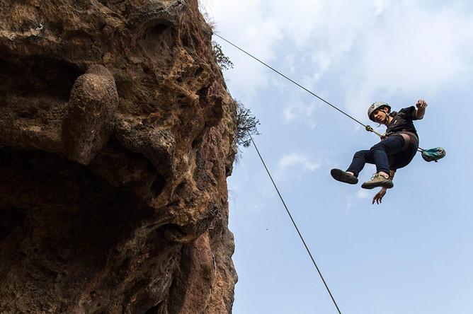<b>Нэзия Парвин</b>, скалолазка. Она сфотографирована на спуске с горы в Исламабаде. Парвин родом из местного племени. Она сказала, что хотела бы изменить образ женщины в этих краях. «Если у женщины есть цель, нет ничего невозможного».