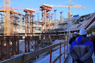В Санкт-Петербурге работы по строительству стадиона идут полным ходом, но еще далеки до завершения