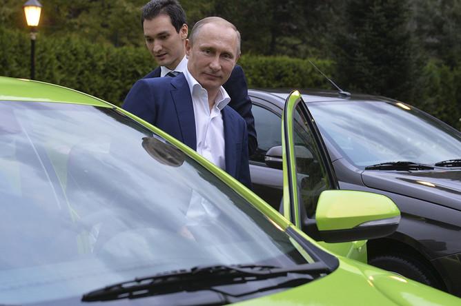 Владимир Путин садится за руль новой модели «АвтоВАЗа» — Lada Vesta