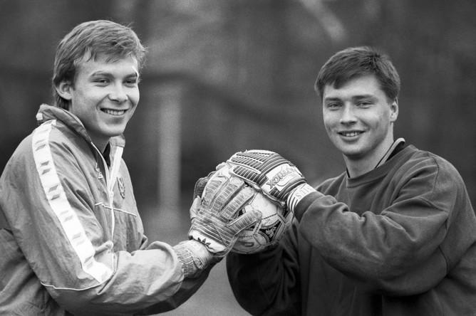 Вратари Евгений Плотников (слева) и Сергей Овчинников, 1994 год.