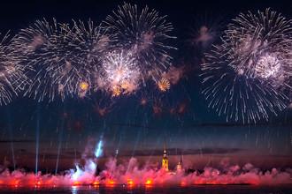 Фейерверк над Невой на празднике выпускников «Алые паруса» в Санкт-Петербурге