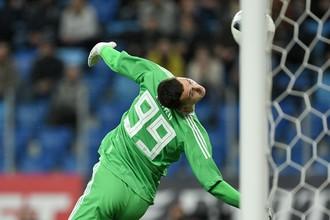 Вратарь сборной России Андрей Лунев пропускает мяч в свои ворота в товарищеском матче между сборными командами России и Испании.