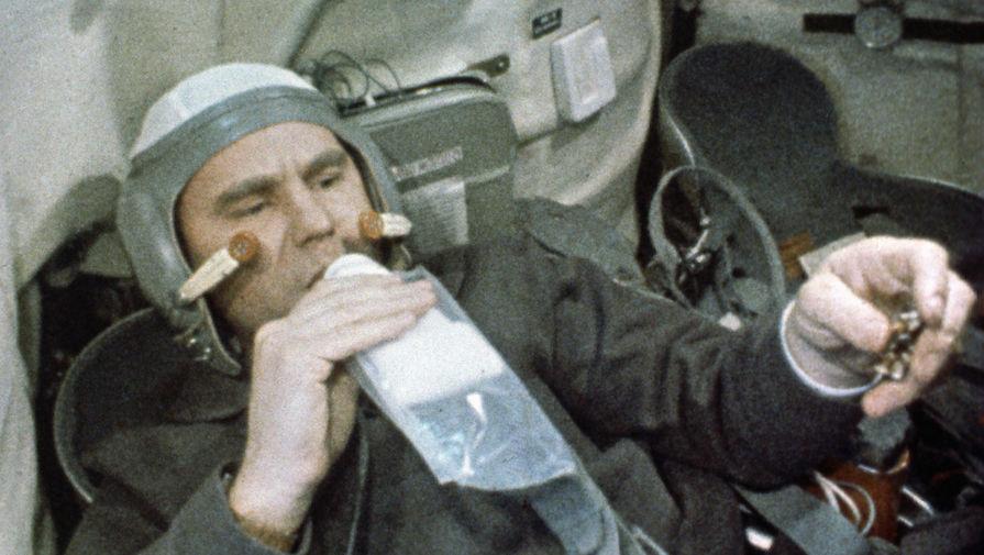 Командир космического корабля «Союз-4» Владимир Шаталов во время полета, 1969 год