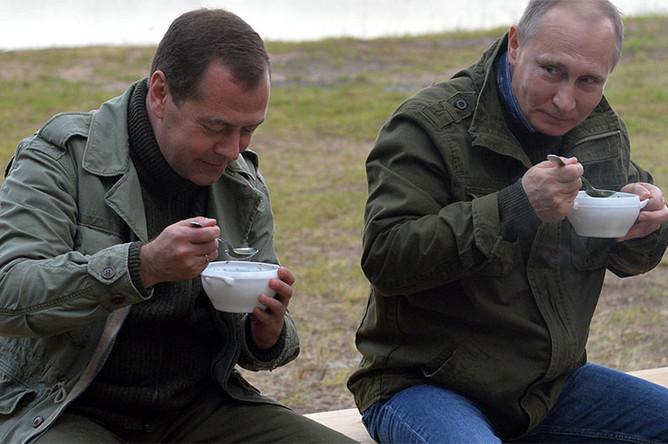 Премьер-министр России Дмитрий Медведев и президент Владимир Путин во время отдыха на берегу озера Ильмень, 2016 год