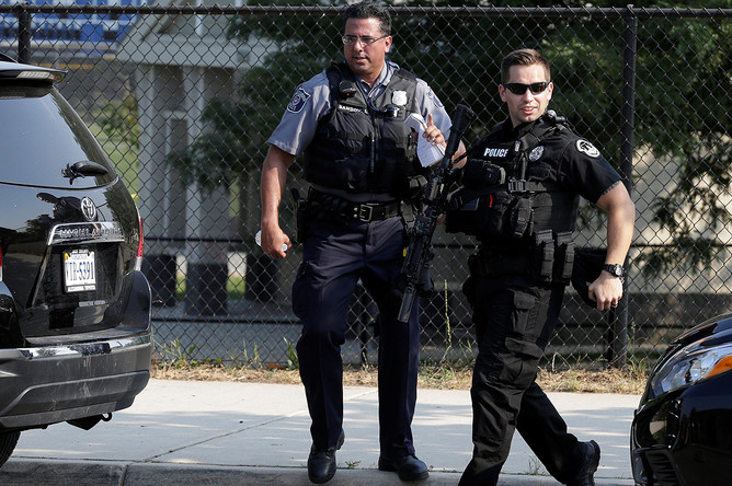 Сотрудники полиции на месте стрельбы в Александрии, штат Вирджиния, США