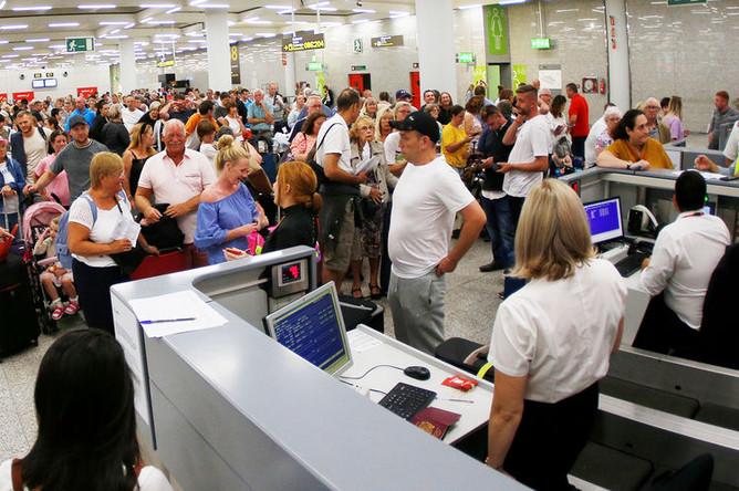 Пассажиры на стойках регистрации Thomas Cook в испанском аэропорту Пальма-де-Майорка, 23 сентября 2019 года