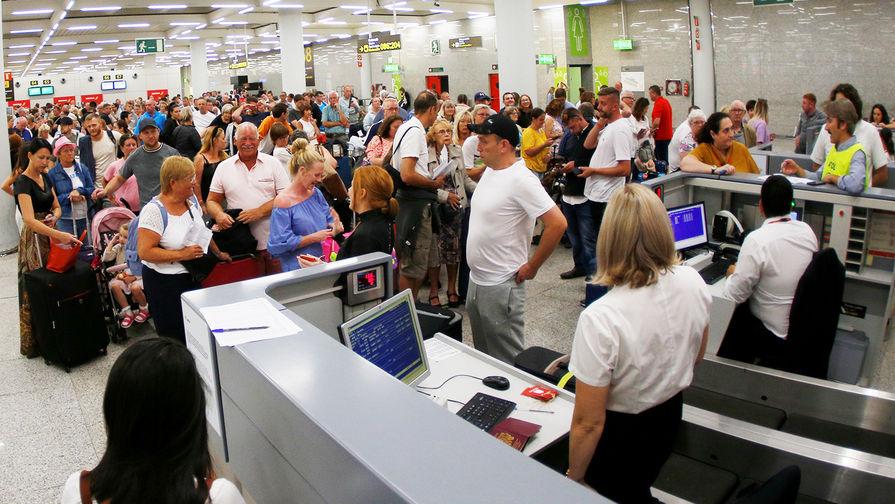 """""""Заперли в отелях"""": тысячи туристов взяли в заложники"""