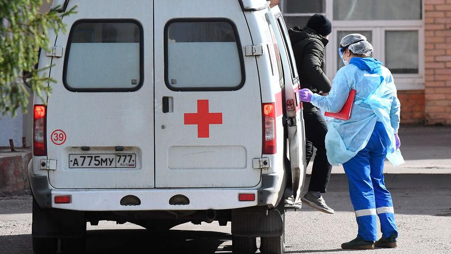 Пациент покидает автомобиль скорой помощи у здания Федерального клинического центра высоких медицинских технологий ФМБА в Химках