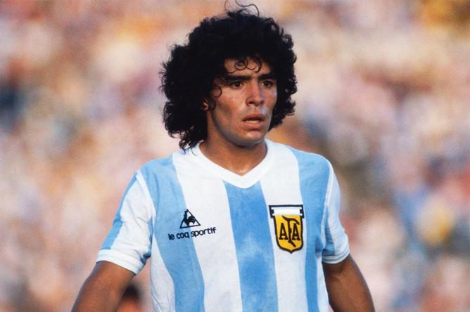 Начинал Марадона свою профессиональную карьеру в клубе «Архентинос Хуниорс». Отметим, что футболист дебютировал в основном составе команды за 10 дней до своего 16-летия. Покинул он коллектив в 1981 году после конфликта с руководством, тренером и игроками клуба