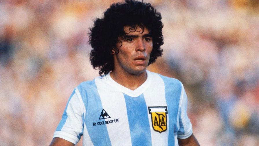 Марадона начинал свою профессиональную карьеру в клубе «Архентинос Хуниорс». Отметим, что футболист дебютировал в основном составе команды за 10 дней до своего 16-летия. Покинул он коллектив в 1981 году после конфликта с руководством, тренером и игроками клуба