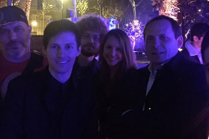 Основатель Telegram Павел Дуров (в центре) и Илья Варламов (на заднем плане) на закрытой вечеринке в Барселоне