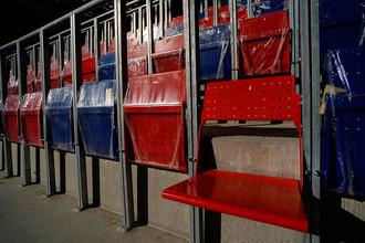 Кресла на трибунах строящегося стадиона ПФК ЦСКА на Третьей Песчаной улице в Москве