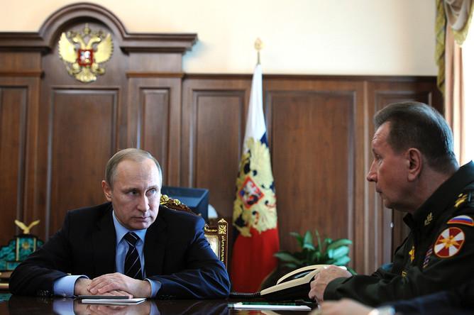Президент России Владимир Путин и главнокомандующий внутренними войсками МВД Виктор Золотов во время совещания в Кремле 5 апреля 2016.