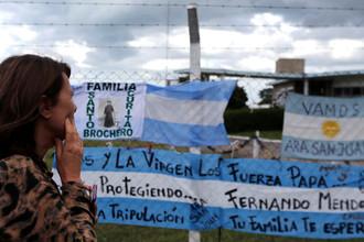Плакаты со словами поддержки морякам пропавшей подлодки «Сан Хуан» на базе ВМС Аргентины в городе Мар-дель-Плата, 20 ноября 2017 года