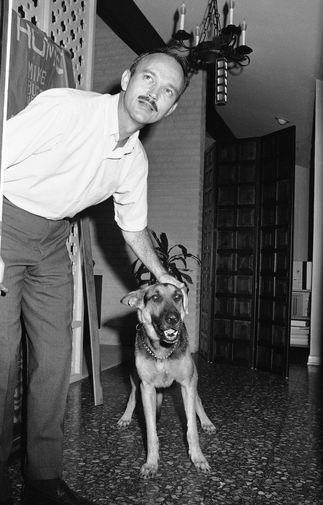 Майкл Коллинз гладит свою собаку после возвращения домой, 10 августа 1969 года