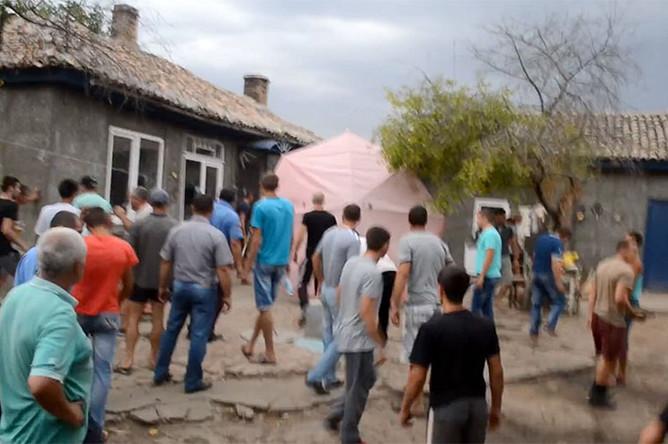 Жители села Лощиновка Одесской области идут громить дома цыган