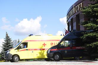 Автомобили скорой медицинской помощи и Следственного комитета у здания Московского областного суда