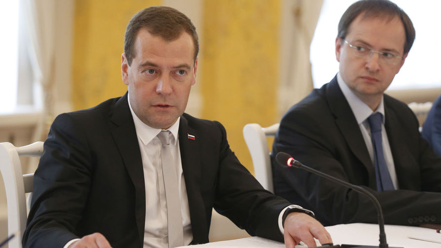 Председатель правительства России Дмитрий Медведев и и.о. министра культуры Владимир Мединский