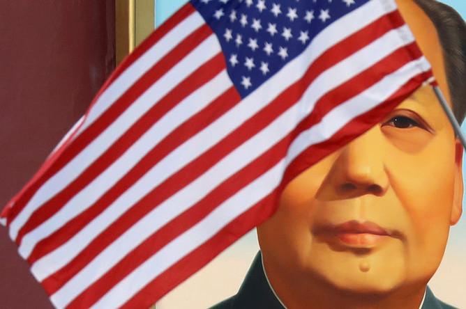 Американский флаг перед портретом Мао Цзэдуна во время визита президента США Дональда Трампа в Пекин, ноябрь 2017 года