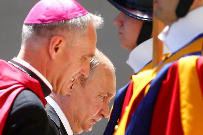 Президент России Владимир Путин с архиепископом Георгом Генсвайном перед встречей с папой Римским Франциском в Ватикане, 4 июля 2019 года