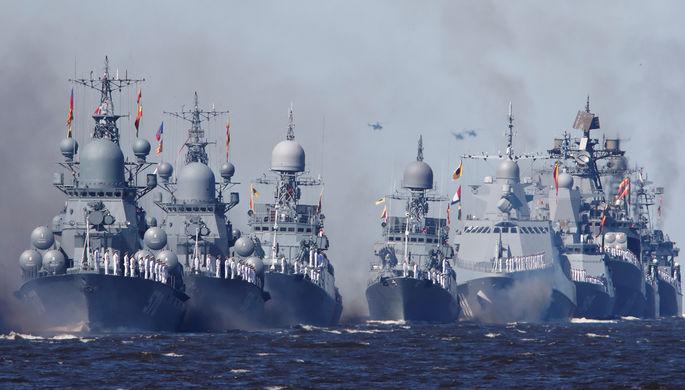 Боевые корабли во время Главного военно-морского парада в честь Дня Военно-Морского Флота России, 26 июля 2020 года