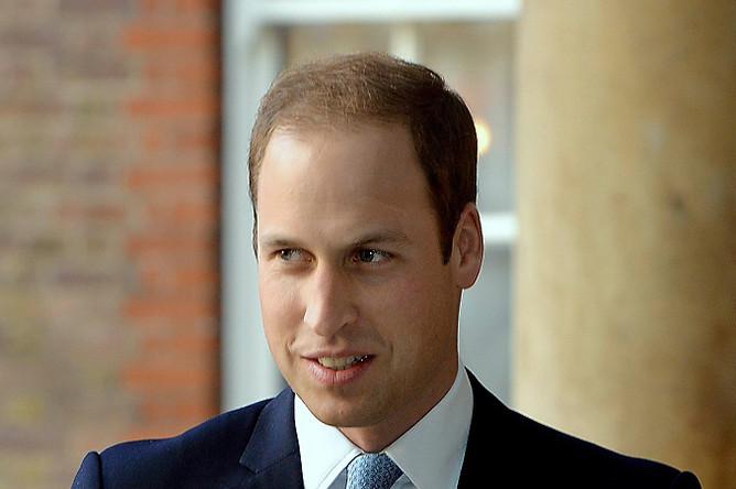 Принц Уильям держит на руках своег осына перед церемонией крещения