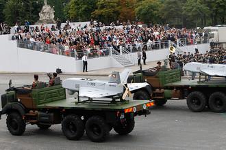 В День взятия Бастилии проходит торжественный военный парад на Елисейских Полях. Парад стартует в 10.00 по местному времени с площади Этуаль и движется в сторону Лувра, где его принимает президент Франции