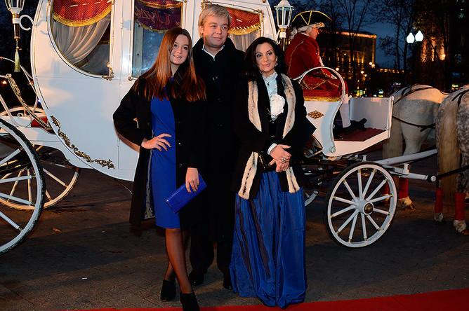 Актер Александр Стриженов с супругой Екатериной и дочерью Анастасией перед премьерой мюзикла «Красавица и Чудовище»